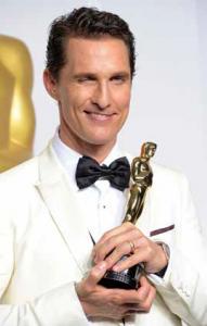 Matthew McConaughey, odovzdávaie Oscarov, AFP PHOTO/JOE KLAMAR