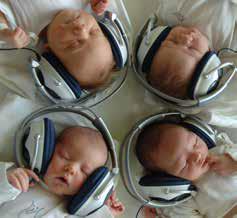 Novorodenci počúvajú klasiku, AFP PHOTO/JOE KLAMAR